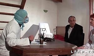 Flu vieille mariee se fait defoncee le cul chez le gyneco en trio avec le mari