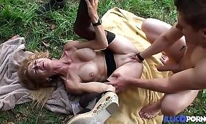 Bonne cougar beauteous et bien of age baisée dans un champ [full video]